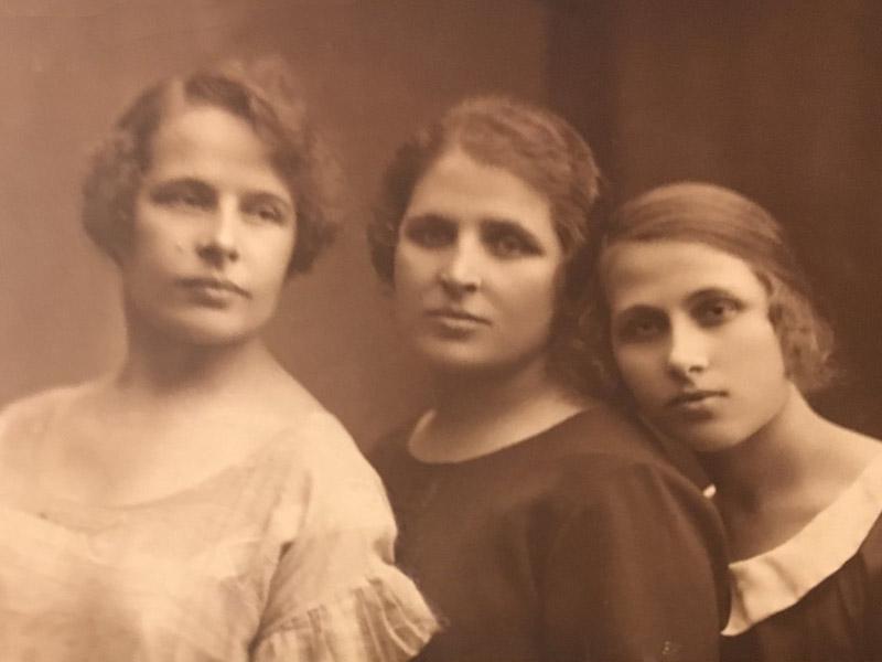 Siczek Bronislawa (au centre) avec ses sœurs Maria Stanislawa (à gauche) et Regina (à droite), env. 1920.
