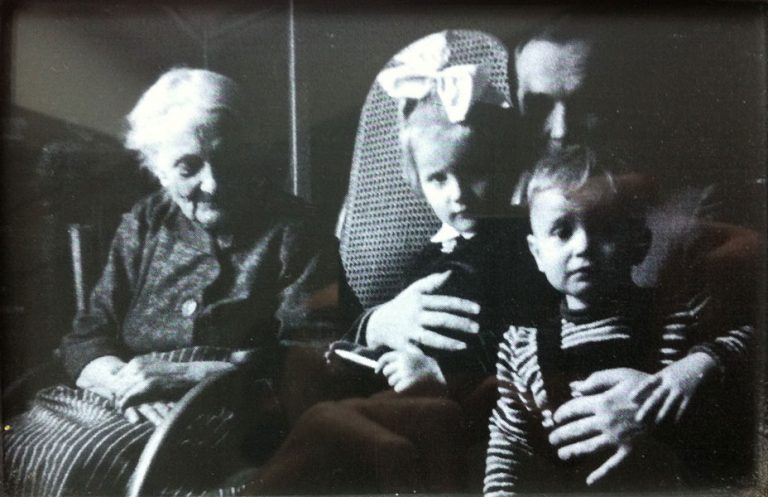 BODALSKA ROZEWSKA JOZEFA. Radom, environ 1957. Sur son inséparable fauteuil à bascule.