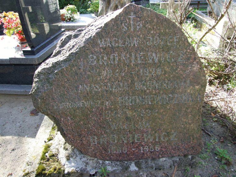 Broniewicz Waclaw Jozef, sa femme Anastazja et leur fils Waclaw. Tombe familiale à Pulawy Wlostowice.