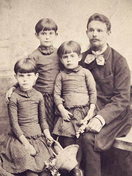 Andrzej Kolasinnski avec ses filles (de g. Marta, Janina, Amelia) Radom env. 1890